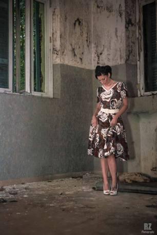 vestito anni 50 a fiori tono caffè e sottogonna - la camelia collezioni