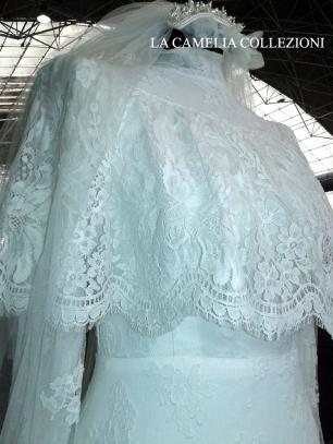 vestito da sposa pizzo chantilly colore bianco con mantellina- la camelia collezioni