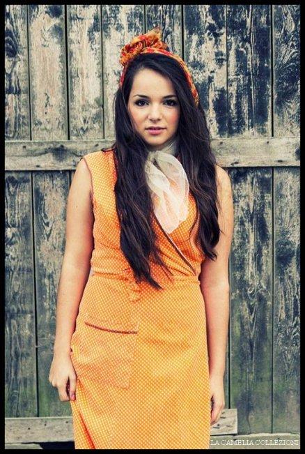 mondina-campagnola-vestito-mondina-toni-arancio-e-foulard-la-camelia-collezioni