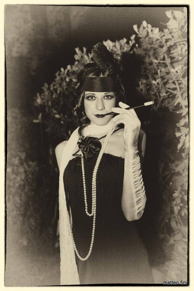 anni 20 30 - charleston - abito nero con frangia e accessori - la camelia collezioni