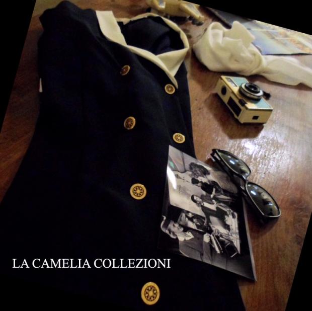 divisa da hostess di volo colore blu scuro con colletto bianco e bottoni oro - la camelia collezioni