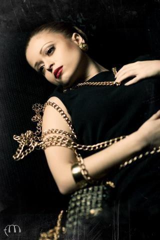tubino nero e accessori colore oro - la camelia collezioni