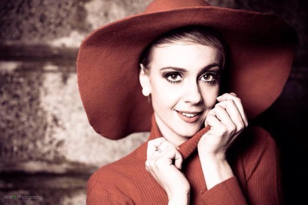 twiggy - cappello falda larga rosso in panno e dolcevita - la camelia collezioni