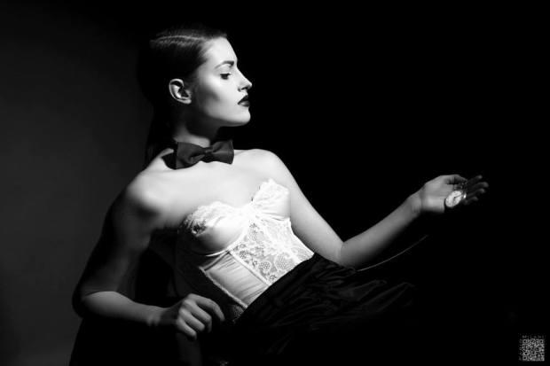 androgina-moda mascolina-panta raso nero e corpetto pizzo bianco con papillon - la camelia collezioni