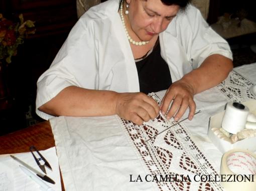 restauro tenda in lino con ricamo filet - la camelia collezioni