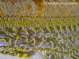 damasco-tessuto damasco - copriletto per letto francese 1 piazza e mezza base oro disegno bianco - particolare - la camelia collezioni