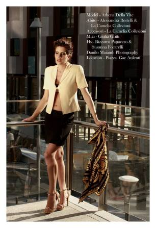minigonna gessata, giacchina corta beige con allacciatura morsetto dorato e foulard - la camelia collezioni