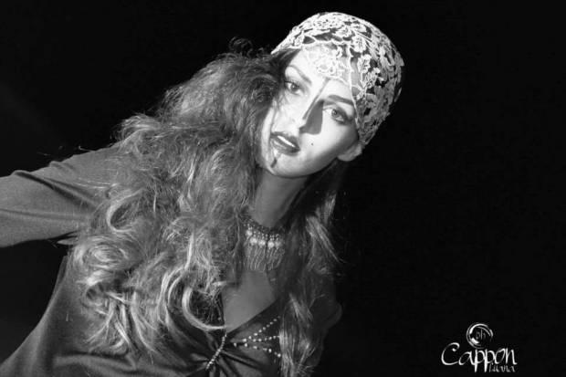 stile gotico dark abitonero con pizzo acconciatura in grigio e collana con perle strass argento - la camelia collezioni