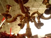 tavola natalizia - allestimento tavola imbandita natalizia con velluto bordeaux - candelabro oro particolare - la camelia collezioni