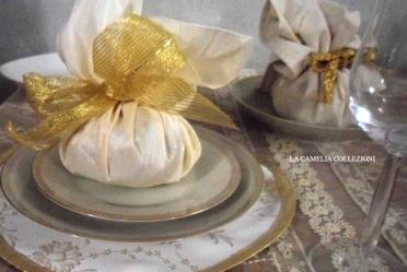 tavola-natalizia-allestimento-tavola-natale-tovaglia-in-pizzo-allestimento-colori-oro-e-panna-la-camelia-collezioni