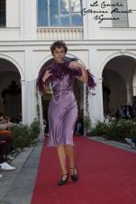vestito charleston anni 20 30 colore lilla con boa in piume viola e accessori - la camelia collezioni