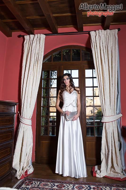 vestito lungo bianco in raso di seta con applicazioni di strass swarowsky e pochette argento con strass - la camelia collezioni