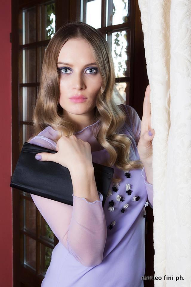 pochette nera raso compatta e abito lilla con tulle - la camelia collezioni