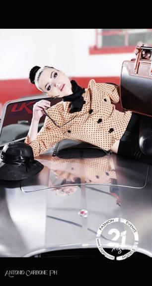 foto auto elaborate -giacca a pois arancio con panta aderenti effetto pelle foulard al collo con cappello e occhiale da sole - la camelia collezioni