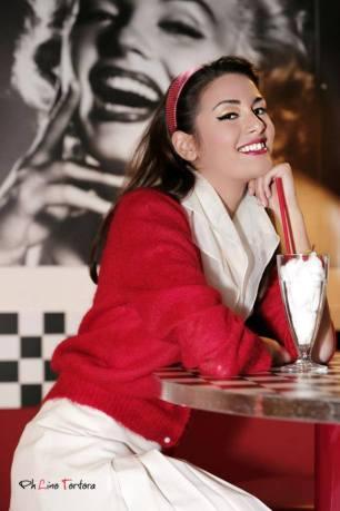 grease - vestiti anni 50 60 - gonna a pieghe bianca con twinset rosso e accessori - la camelia collezioni