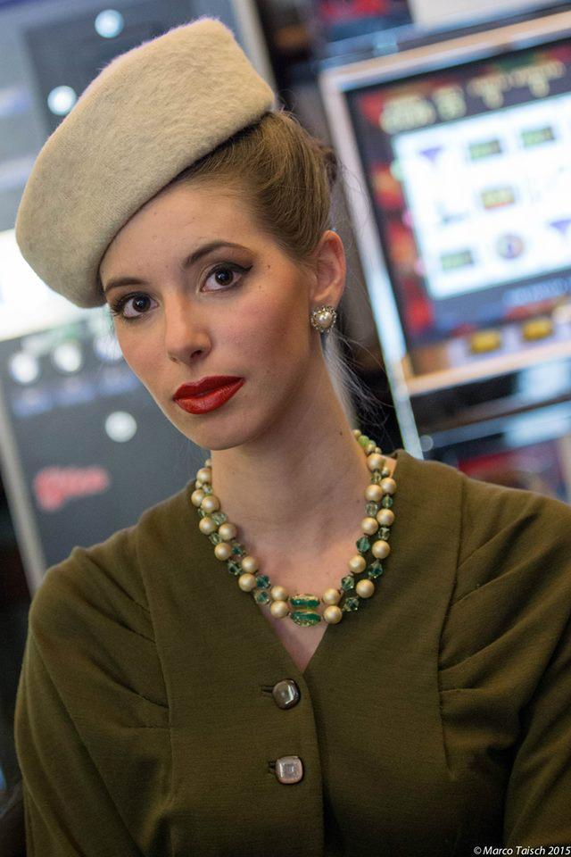 moda anni 40 - cappello panna con abito verde 3 bottoni e collana in vetro murano - la camelia collezioni