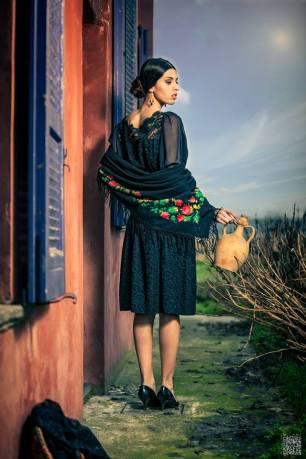 scialle con frangia e ricamo punto pittura su abito macramè colore nero - la camelia collezioni