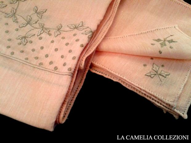 tovaglietta in lino d'olanda o lino forestiero rosa antico con 12 tovagliolini cm 16x16 ricamo plumetì cm 110 x 110 - la camelia collezioni