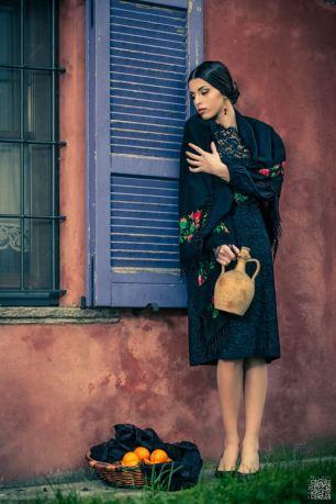 vestito nero in macramè con scialle a frangia e punto pittura - la camelia collezioni