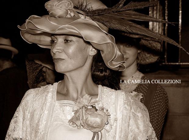 cappello a falda larga in chiffon rosa tenue con fiori e piume - cappelli belle epoque - la camelia collezioni