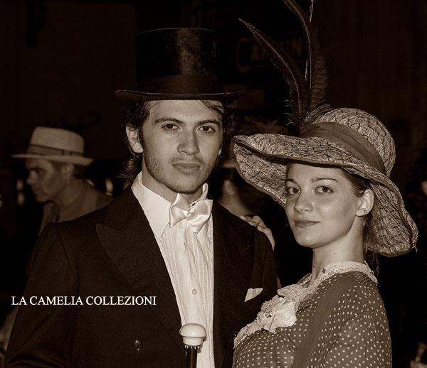 cappello a falda larga toni maron con piume- cappelli belle epoque - la camelia collezioni