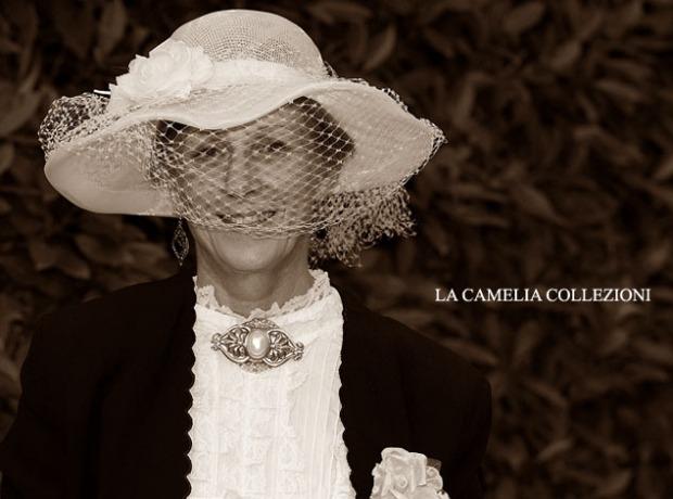 cappello bianco falda larga con fiore e veletta bianca - cappelli belle epoque - la camelia collezioni