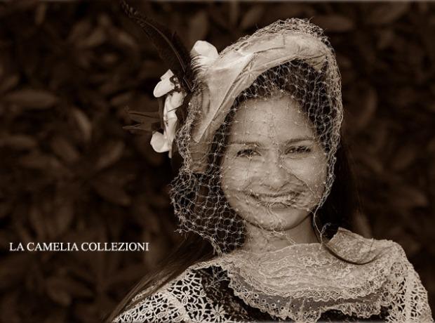 cappello in velluto creme con piume e veletta bianca - cappelli belle epoque - la camelia collezioni
