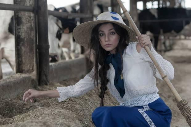 mondine-campagnole-ragazze di campagna- gonna blu cobalto con maglia a spalla scoperta e cappello paglia - la camelia collezioni