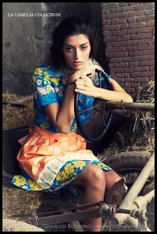 mondine-campagnole-ragazze-di-campagna-vestito-celeste-fantasia-a-fiori-colorati-e-grembiule-arancio-la-camelia-collezioni