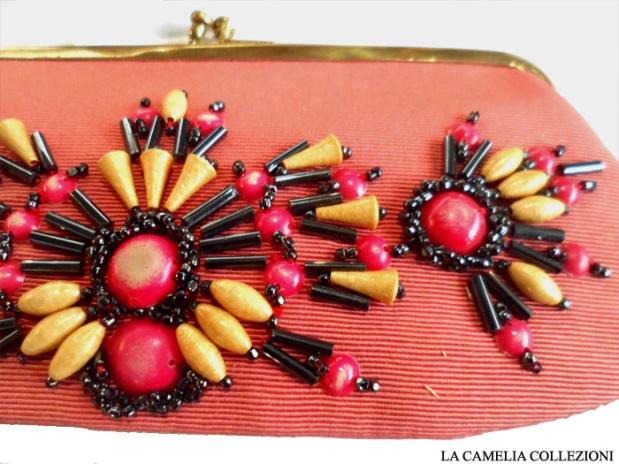 pochette corallo con applicazioni perle e chiusura oro - la camelia collezioni