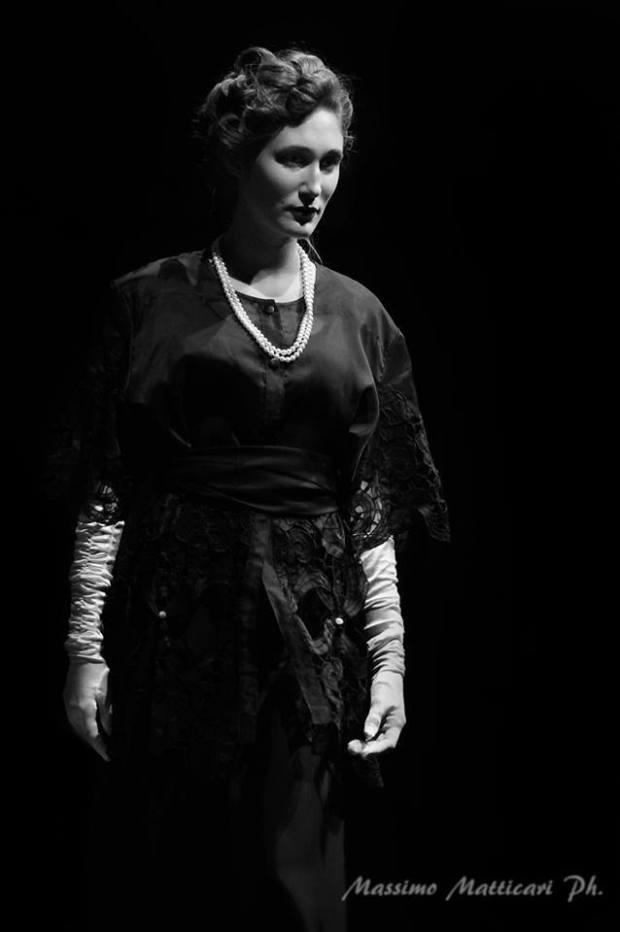 vestiti fine 800 - gonna in taffettas lunga nera con giacca ricamo macramè collana di perle e guanto lungo bianco- la camelia collezioni
