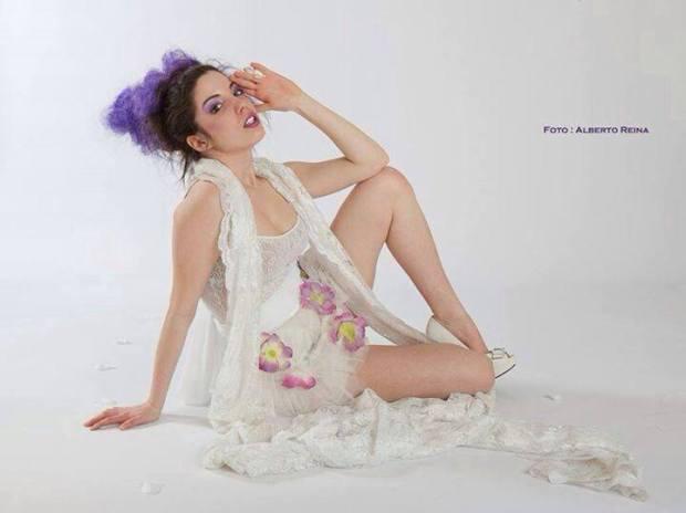 vestiti con fiori - total white in pizzo e tulle con fiori applicati con  stola in pizzo broderie  la camelia collezioni