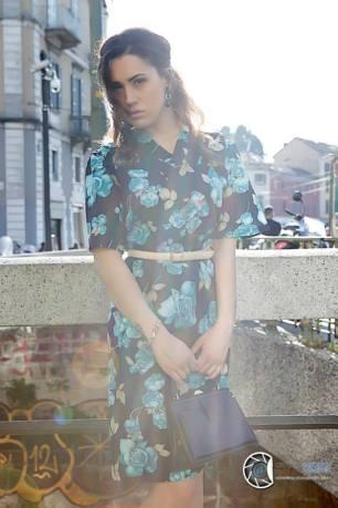 vestiti stampa a fiori - vestito anni 40 motivo floreale con accessori in blu e beige - la camelia collezioni