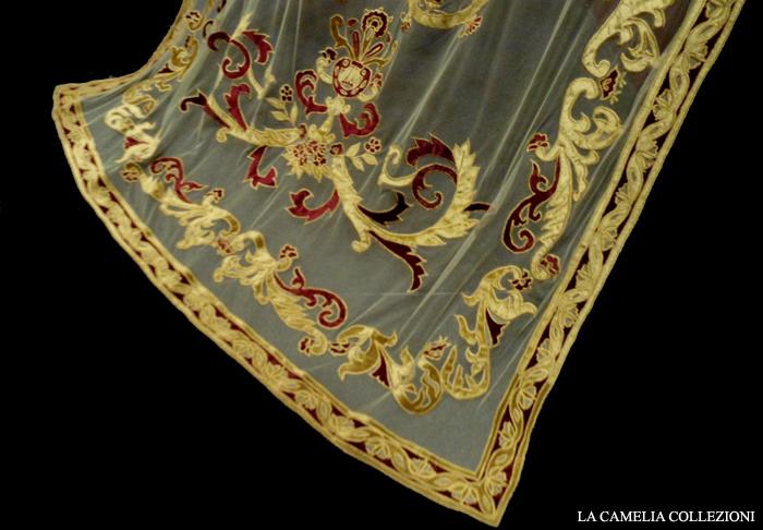 tende in tulle con dettagli in velluto - particolare in oro e bordeaux - 03 - la camelia collezioni