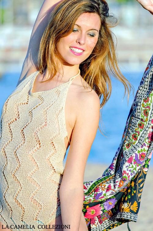 costume intero ad uncinetto color sabbia e pareo multicolor - la camelia collezioni