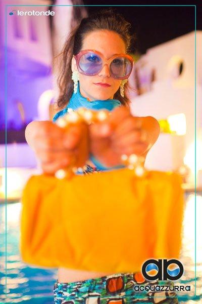 costumi da bagno d'epoca - bikini fantasia con occhialoni azzurro rosa e borsa gialla - la camelia collezioni