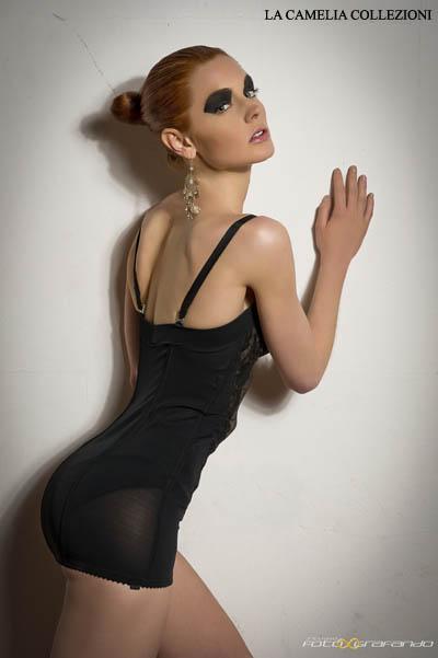 intimo d'epoca - corsetteria modellante - aderente con dettagli in pizzo - la camelia collezioni