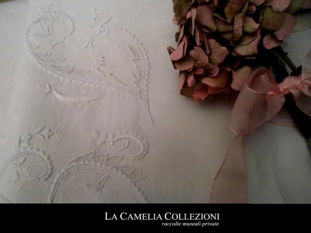 restauro-su-lenzuolo-ricamato-la-camelia-collezioni