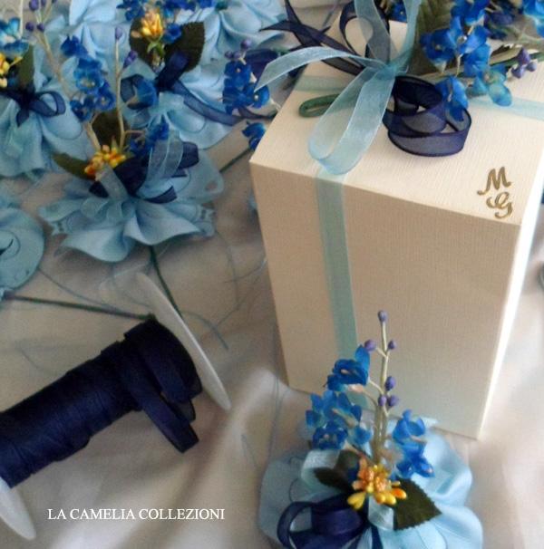 bomboniera-comunione-maschio-con-portaconfetti-a-farfalla-e-fiori-azzurri-la-camelia-collezioni