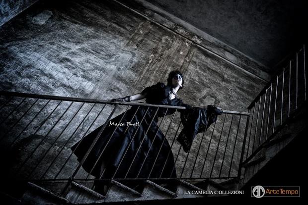 look-gotico-vestiti-gotici-abito-in-taffettas-e-jaiss-applicati-con-stola-in-pizzo-nero-la-camelia-collezioni