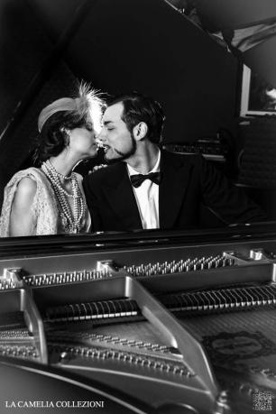 great-gatsby-anni-20-30-stile-gatsby-lei-in-beige-e-lui-in-smoking-la-camelia-collezioni