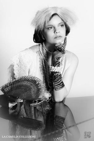 great-gatsby-anni-20-30-stile-gatsby-lei-in-beige-la-camelia-collezioni