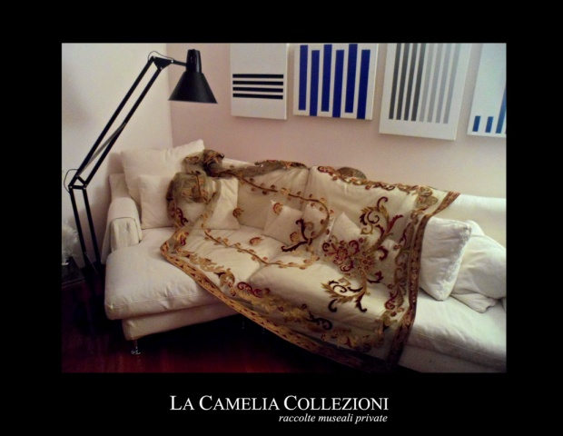 tende-in-tulle-con-applicazioni-velluto-pannello-velluto-oro-e-bordeaux-la-camelia-collezioni