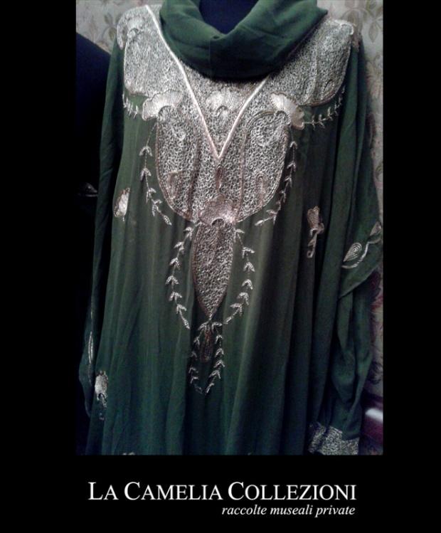 vestiti-etnici-noleggio-vestiti-etnici-vestito-indiano-in-seta-color-oliva-e-ricamo-dorato-la-camelia-collezioni