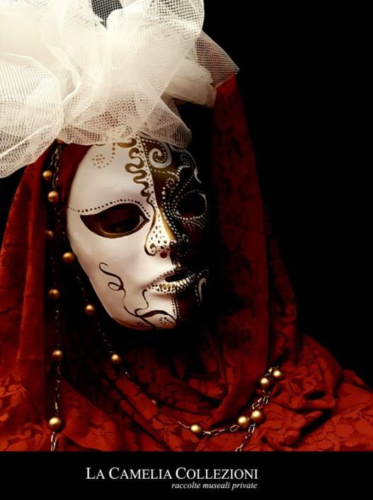 maschere carnevale - maschere carnevale venezia - oro rossa con boa e perle- la camelia collezioni