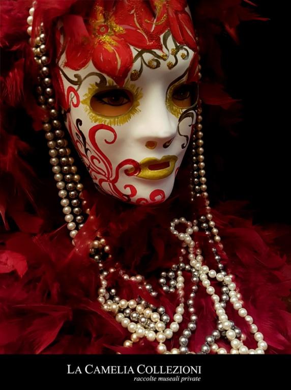 maschere carnevale - maschere carnevale venezia - oro rossa con boa e perle- la camelia collezion