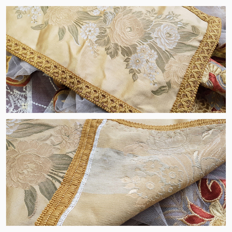 striscia-da-tavolo-con-bordo-oro-e-fiori-la-camelia-collezioni