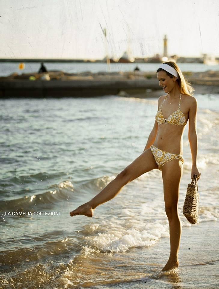 vintage beachwear - Bikini anni 60 senape & bianco e borsa paglia - la camelia collezioni