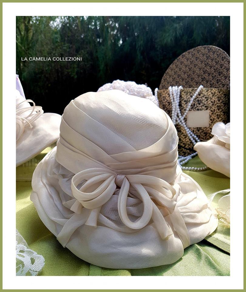 Cappello da nozze o per invitati - in chiffon, asimmetrico, color guscio d'uovo, lavorato e rifinito a mano