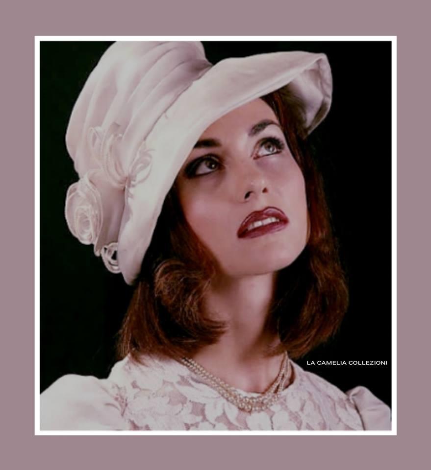 Cappello da nozze o per invitati - in organza, lavorato e rifinito a mano con rose laterali -